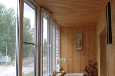 Деревянная вагонка на балконе