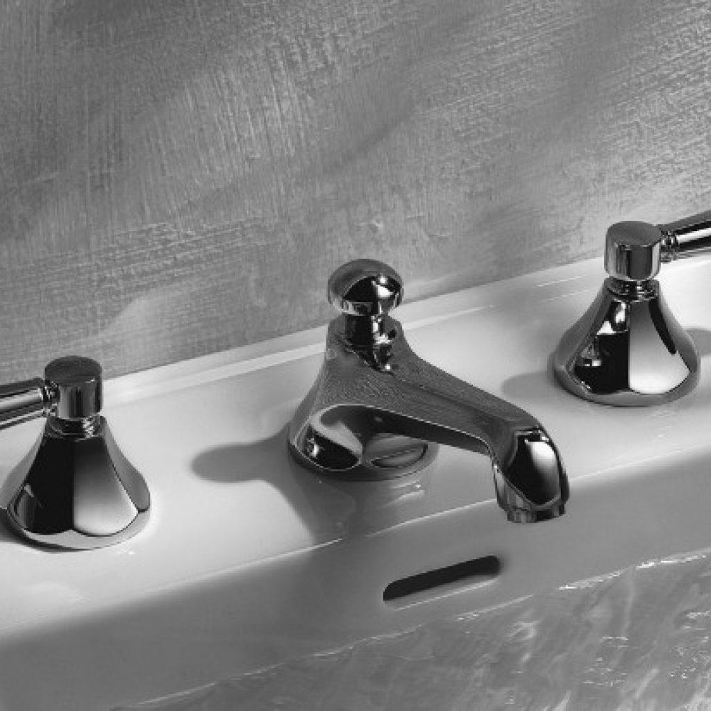 Установить смеситель воды в ванной и умывальнике