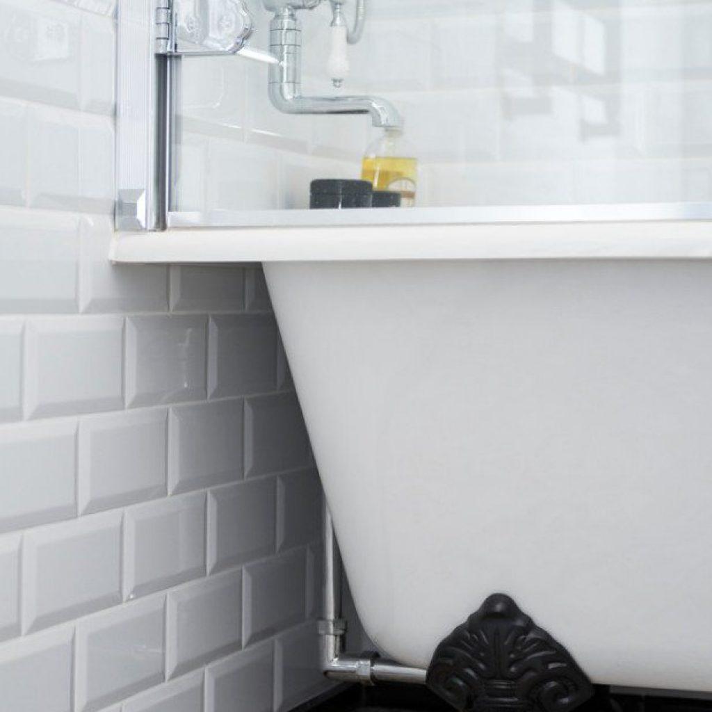 Установить смеситель на стене в ванной